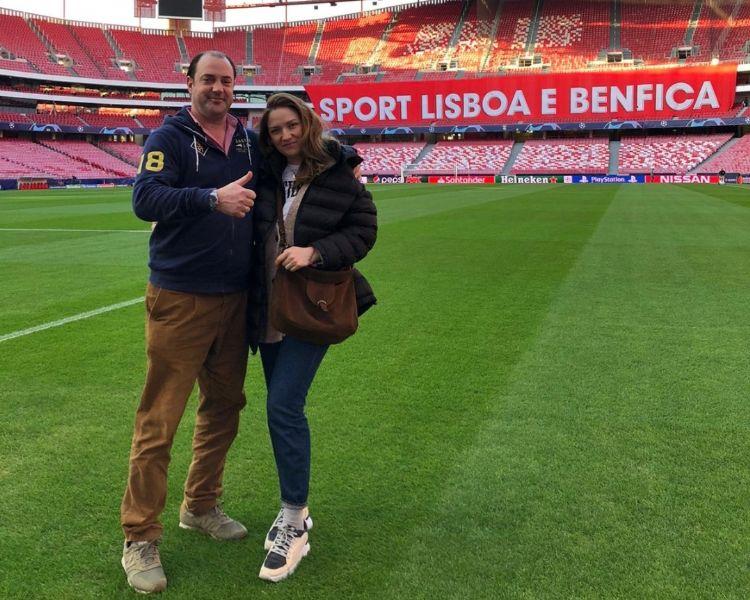 Aanleg Mixto-hybrideveld bij Benfica. Rienks met zijn Russische vrouw, die een juridische achtergrond heeft.