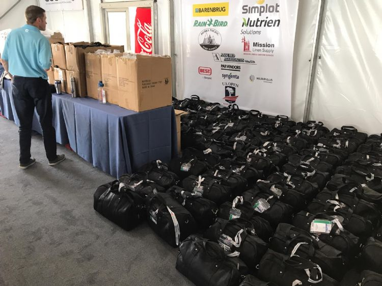 De tassen vol kleding voor alle vrijwilligers.
