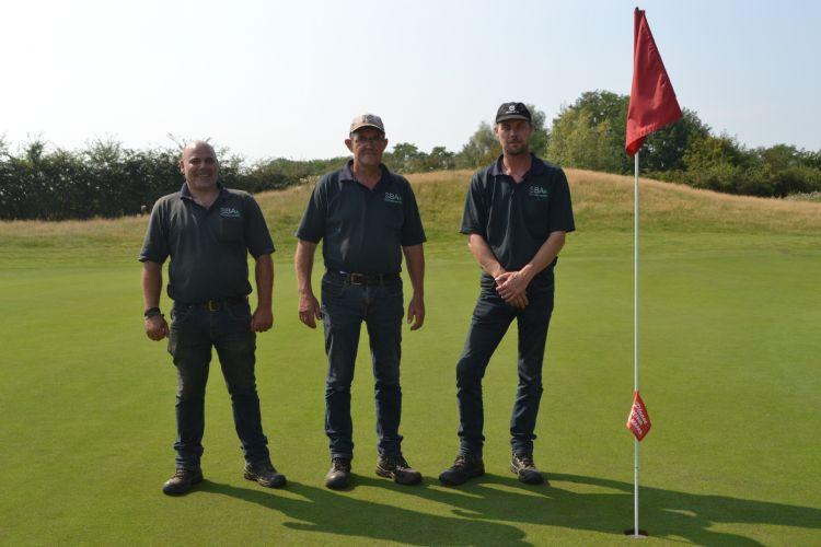 De drie greenkeepers op hole 12
