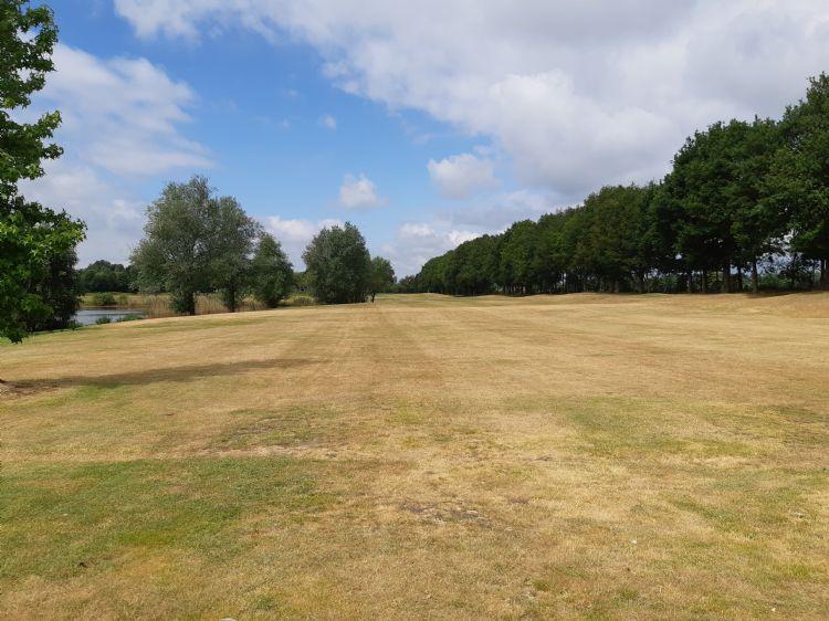 De Golfhorst beschikt niet over beregening op de fairways. Hier de fairway van hole 11.