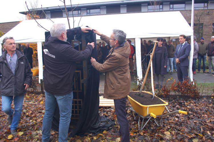 Corik Geurts en de wethouder onthullen het kunstwerk rond de Anne Frank-zaailing.