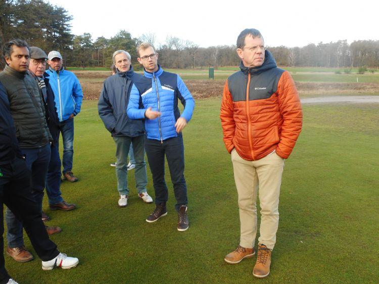 Professioneel golfer Jurrian van der Vaart (tweede van rechts) en architect Frank Pont (rechts)