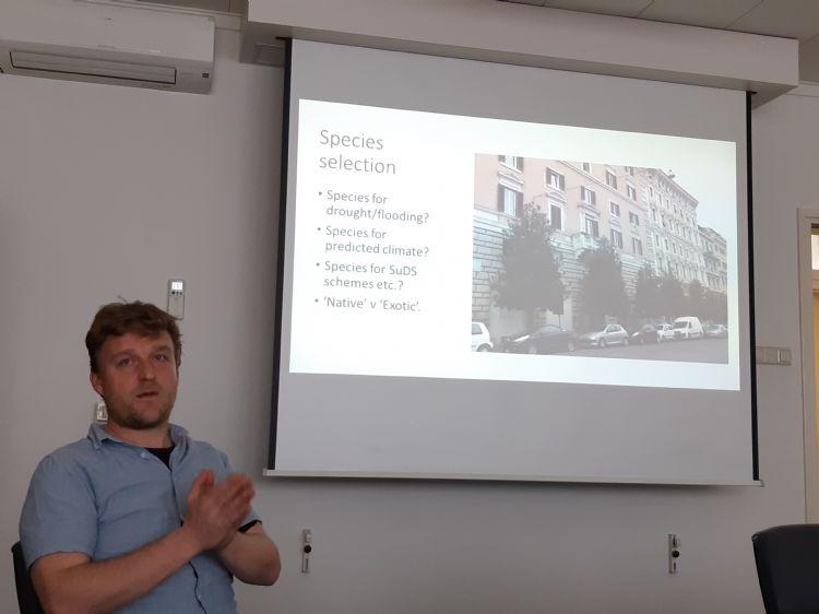 John Parker tijdens zijn presentatie over de selectie van stadsbomen