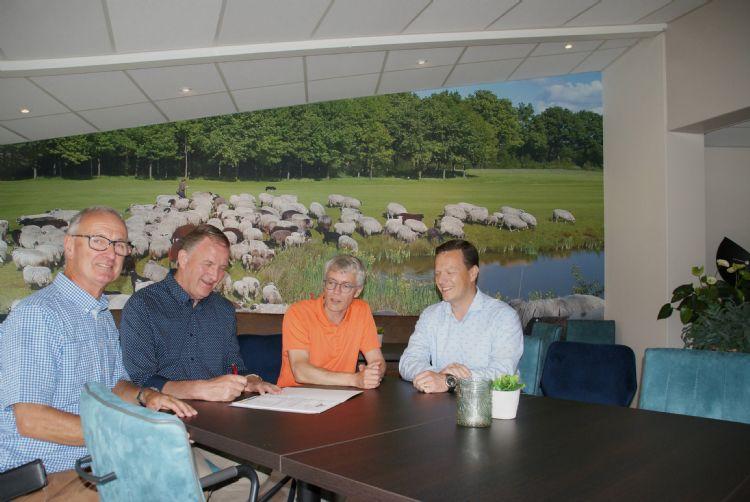 Smits Veldhoven en DGC De Gelpenberg tekenen het contract.