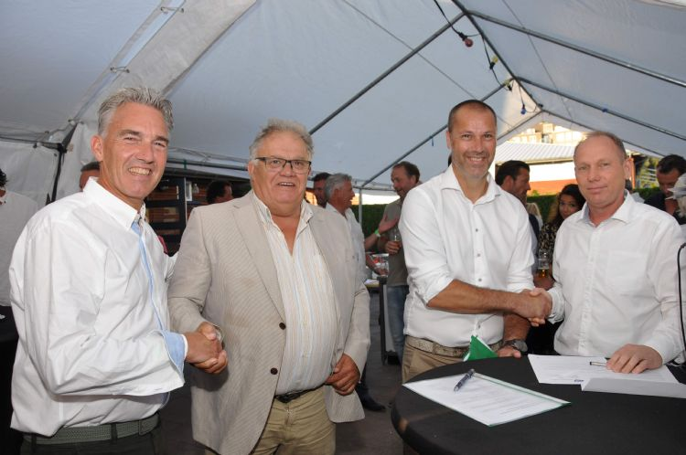 Op de foto v.l.n.r.: Michel Witmer (bestuurslid TC Hodenpijl), Piet Oosthoek (Oosthoek-Groep), Michel Baggerman (voorzitter TC Hodenpijl) en Jeroen Andeweg (Oostendorp Nederland)