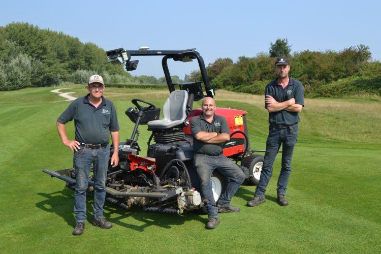 Het team van International Golf Maastricht: Alfons Hupperetz, Sebastiaan Brouwers, John Schmetz én de autonome fairwaymaaier