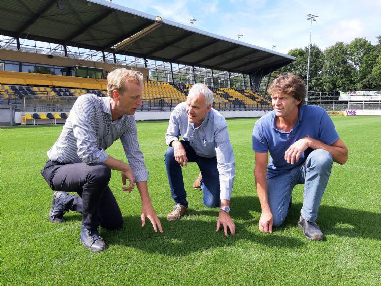Het hoofdveld is omgetoverd tot O2-veld en op 1 augustus 2019 geopend. V.l.n.r.: Peter Laan, René van der Holst, Peter van Tilburg