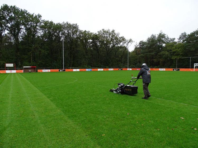 Medewerkers van De Ridder zijn druk aan het maaien met speciale stadionmaaiers van Allet