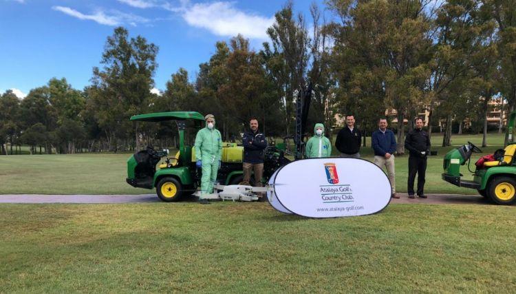 Atalaya Golf & Country Club stelt zijn machines beschikbaar voor reinigingswerk. Bron: elperiodigolf.com.