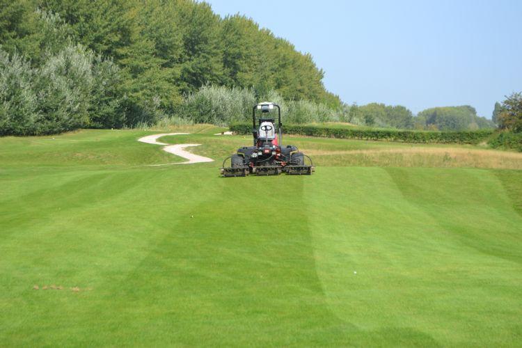 Bemand of onbemand, het onderhoud op golfbanen gaat gewoon door.
