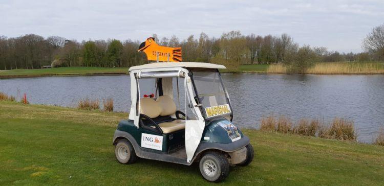 De 'dummy' Goosinator die GC Zwolle nu vooral inzet. De marshal neemt deze mee de baan in.