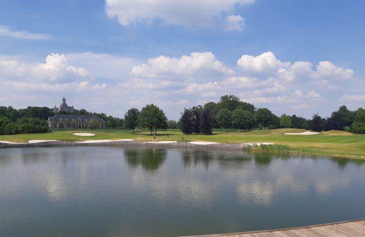 Uitzicht vanaf het clubhuis op The Mondial, met op de achtergrond kasteel Heemstede