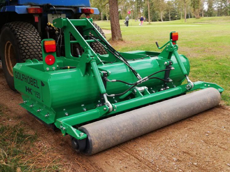 De Golfhobel (150) in actie op een golfbaan