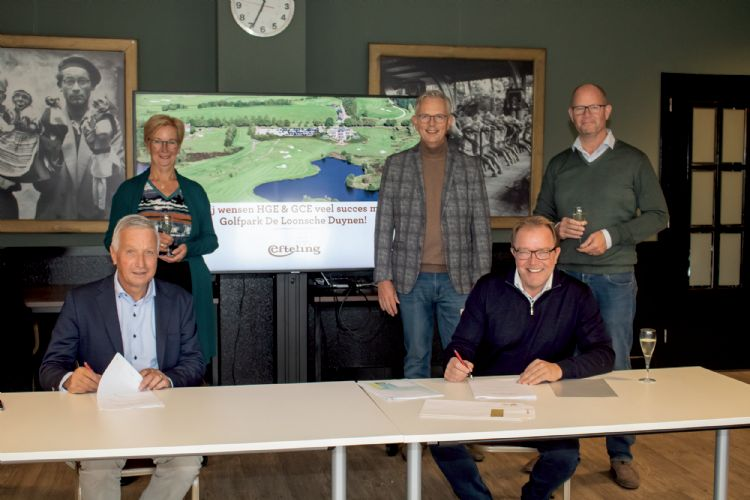 De ondertekening van de overeenkomst door Paul van den Hout (voorzitter GC de Loonsche Duynen) en Hans Schaap (eigenaar HGE). © Paul Korthuijs