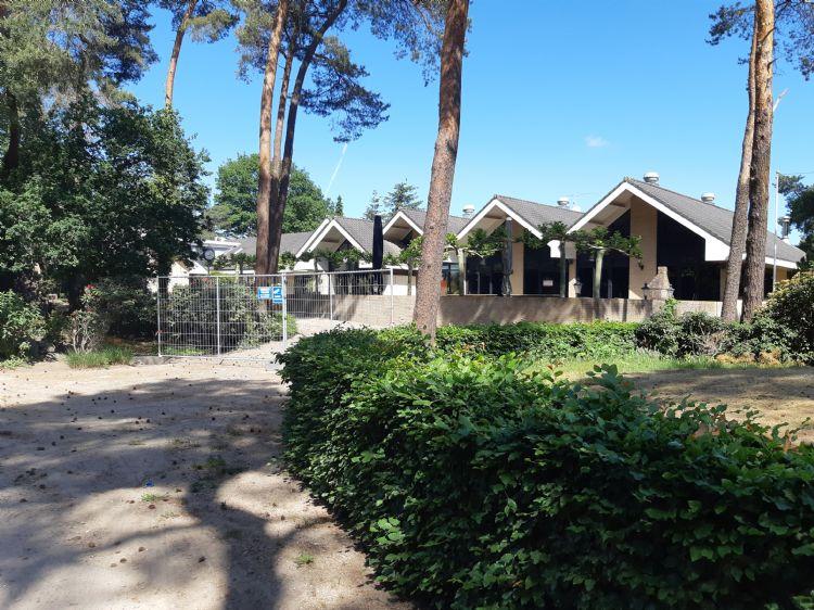 De clubgebouwen van Edda Huzid eind mei 2020, toen nog zonder brandschade.