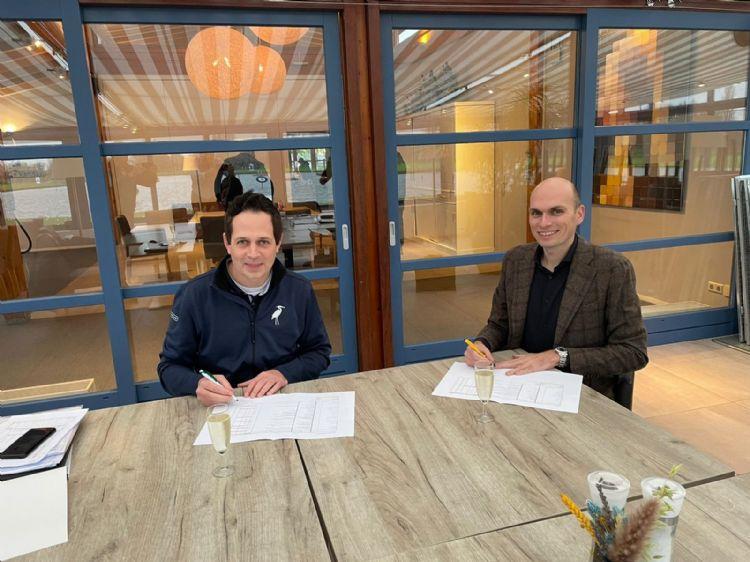 Ondertekenen van het contract door Mart Jan Groenendijk en Piet van der Pols (r)