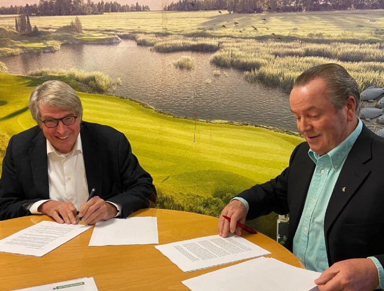 Leo de Jong (l) en John Scholte (r) tekenen de verkoopovereenkomst van de aandelen.
