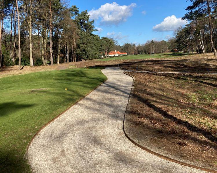 Royal Antwerp Golf Club legt Achterhoeks Padvast en sluit de paden in met cortenstaal.