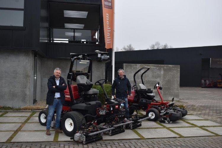 Arie-Jan de Ridder en Frank de Ridder met de nieuwe fairwaymaaiers.