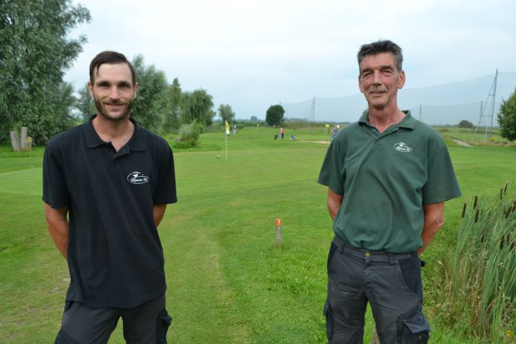 Greenkeeper Martin en baaneigenaar Jan van Erp